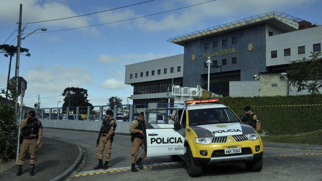 Policiais patrulham sede da Polícia Federal em Curitiba em 8 de abril de 2018