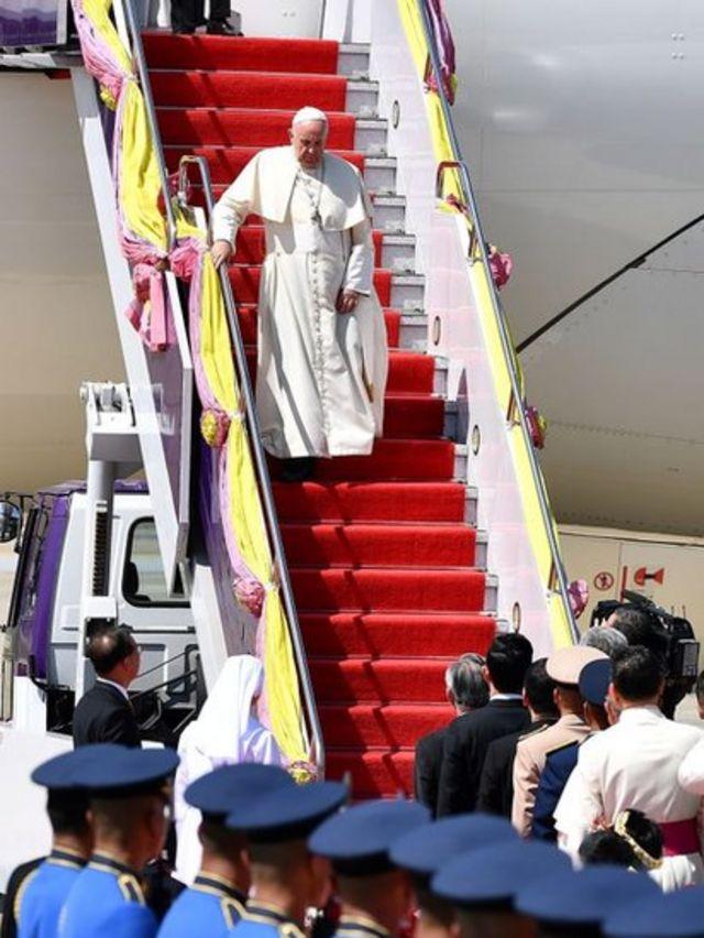 Giáo Hoàng Francis đặt chân đến sân bay quân sự tại Bangkok 21/11