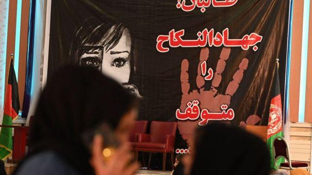 Afganistan'da kadınlar Taliban rejimi altında işlenen insan hakları ihlallerini protesto etti.