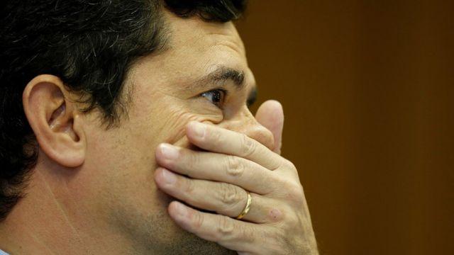 Ministro Sérgio Moro com a mão na boca