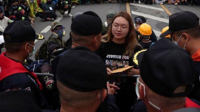 Estudiantes entregan una carta con sugerencias de reforma a las autoridades.