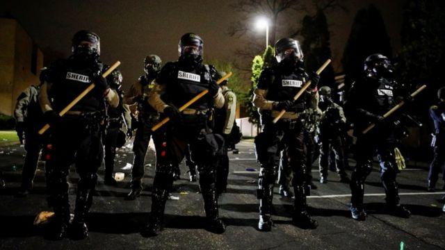 پلیس ضد شورش اقدام به پرتاب گاز اشکآور به سوی معترضان کرد