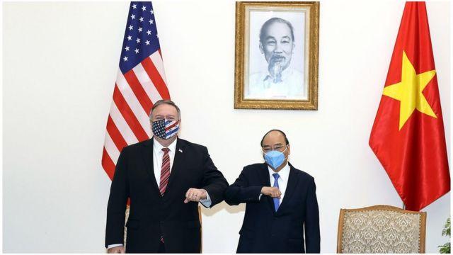 Ngoại trưởng Mỹ Mike Pompeo, Thủ tướng Việt Nam Nguyễn Xuân Phúc chụp ảnh kỷ niệm hôm 30/10 ở Hà Nội.