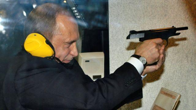 2006年、モスクワにあるロシア連邦軍参謀本部情報総局(GRU)の射撃場を訪れたプーチン大統領