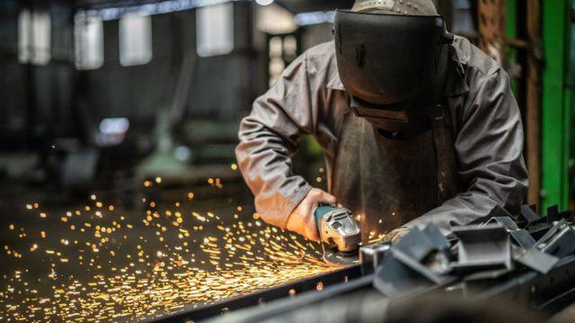 Trabalhador em fábrica