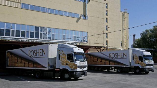 Фури завантажують продукцією фабрики Roshen у Києві