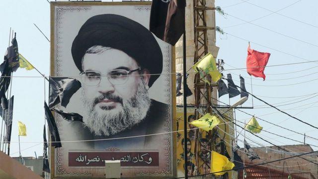 Lübnan'ın güneyindeki Adshit kasabasında Hizbullah lideri Nasrallah'ın posterleri asılı.