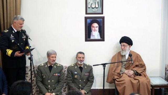 حسین خانزادی (نفر اول از چپ) کمتر از چهار سال پیش از سوی آیت الله خامنه ای به فرماندهی نیروی دریایی منصوب شده بود