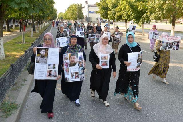 """Родственники людей, вывезенных на территории, подконтрольные """"Исламскому государству"""", в августе 2017 года устроили шествие в Грозном"""