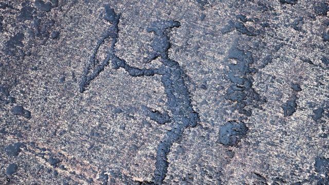 Один из петроглифов - фигура охотника с луком