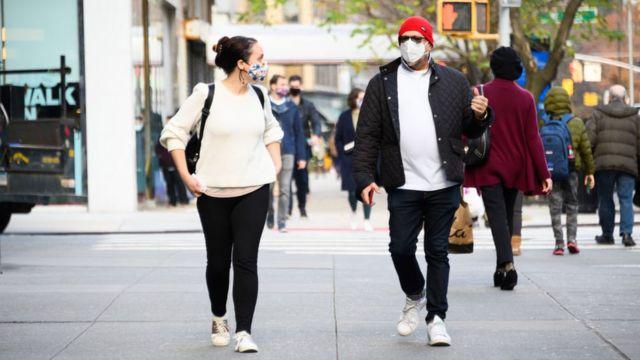 Aquellos con máscaras en los Estados Unidos