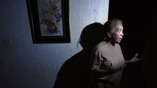 Mujer en casa a oscuras
