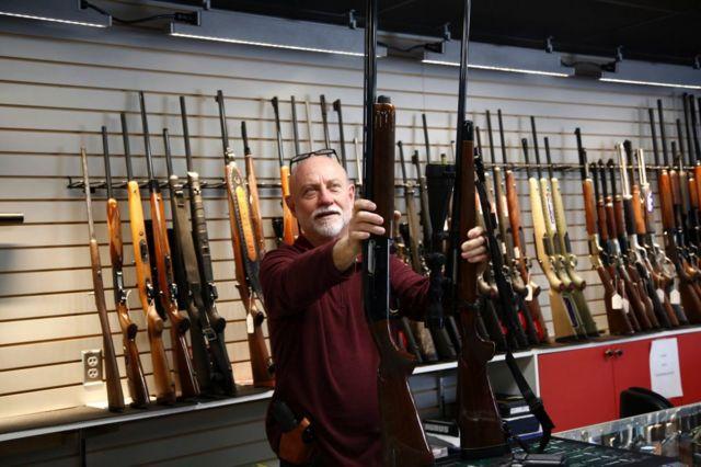 Продавец оружия