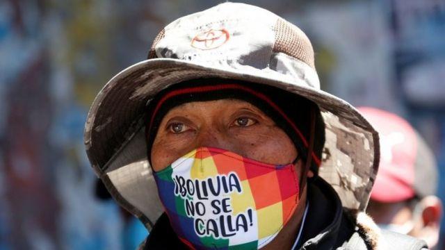 Boliviano con barbijo.