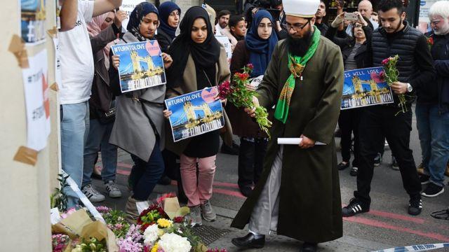 Musulmanes dejan flores cerca al Puente de Londres