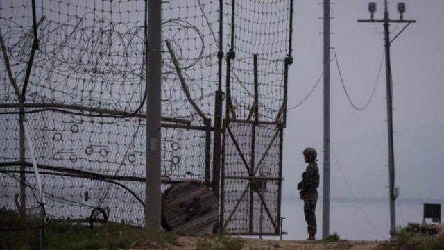 Lính Nam Hàn đứng gác tại Khu Phi Quân sự