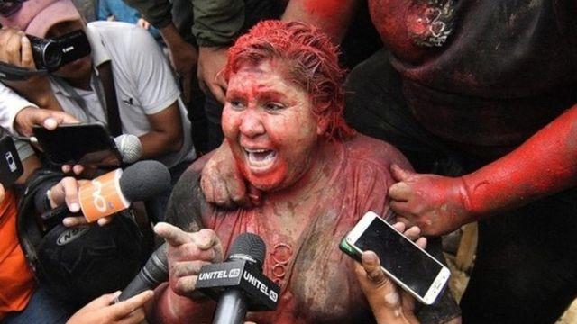 Patricia Arce habla a la prensa cubierta en pintura roja