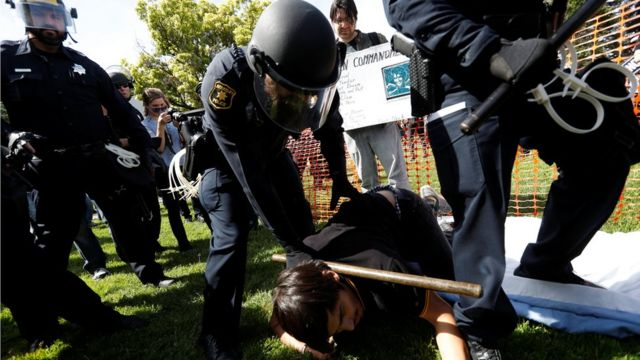 警員制服一名男子,把他按在地上。
