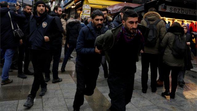 الشرطة التركية تبدأ باعتقال المتظاهرين في اسطنبول احتجاجا على هجوم حكومتهم على عفرين