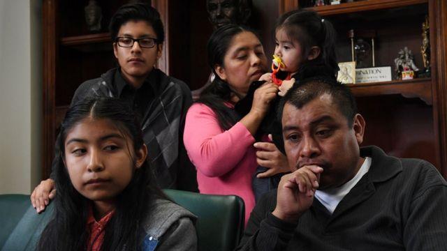 Una familia de inmigrantes en Estados Unidos a la espera de una entrevista con su abogado