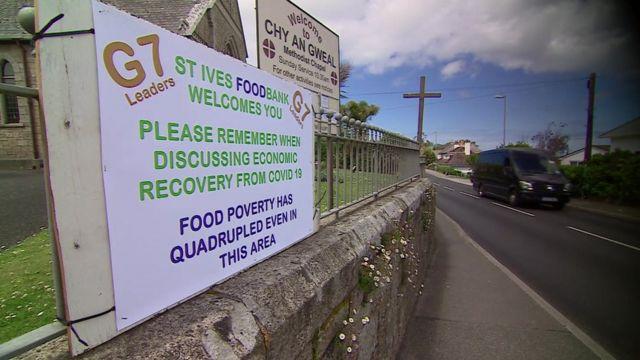 圣艾夫斯的教堂外贴出了服务穷人的食品救济站向七国领导人的喊话:七国集团领导人们,你们在讨论疫情之后经济复苏时,请记住即便在我们这个地区食品短缺造成的贫困问题也增加了四倍。(photo:BBC)