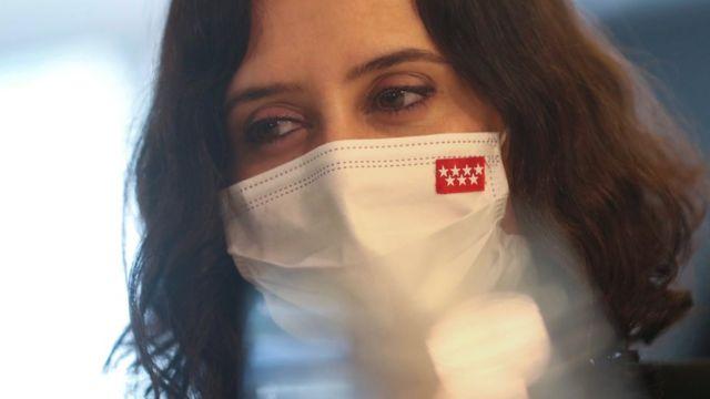 Isabel Díaz Ayuso con mascarilla con la bandera de la Comunidad de Madrid