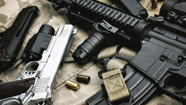 diversas armas sobre mesa