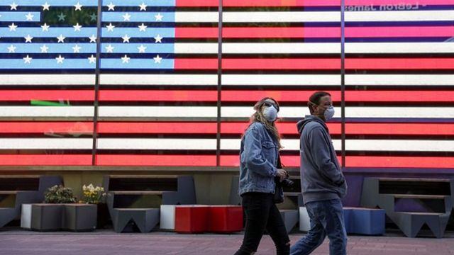 أمريكيون يرتدون الكمامات في نيويورك - أبريل 2020