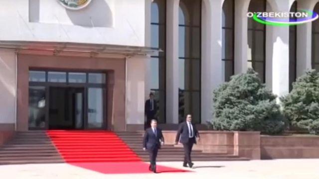 """Нега """"Ахборот"""" Президент Мирзиёевнинг қандай учоққа чиққанини намойиш қилмади?"""