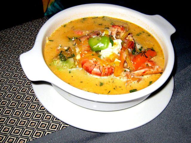 Un plato hecho con camarones y papa.