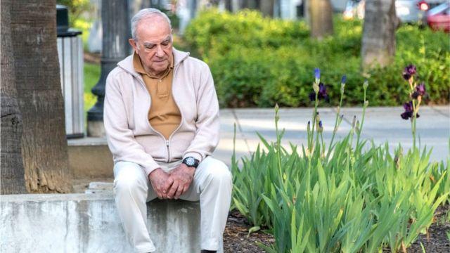 Señor mayor en un parque