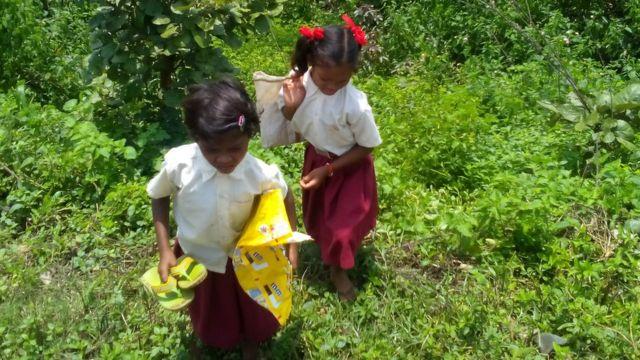 जंगल से गुजर स्कूल पंहुचने की जुगत