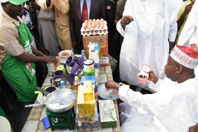 Gwamnan jihar Kano Abdullahi Umar Ganduje a teburin mai shayi lokacin kaddamar da tallafawa matasa fiye da 5,000 don fara sana'ar shayi a Kano ranar Asabar