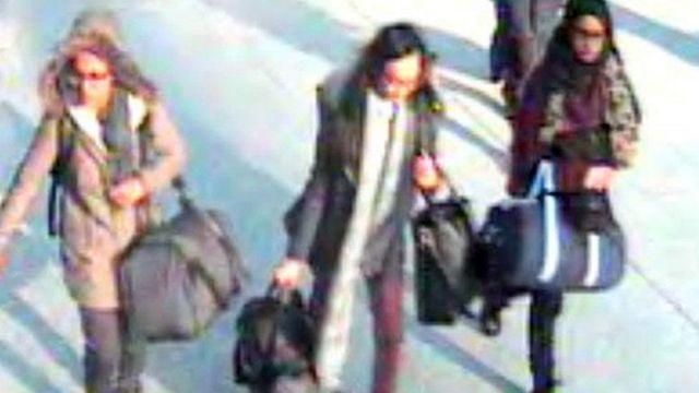 شميمة بيغوم (يمين) برفقة صديقتين، في مطار غاتويك عام 2015