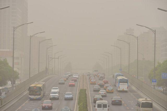 Toz qasırğası zamanı yollarda hərəkət edən nəqliyyat. Çin, 4 may 2017