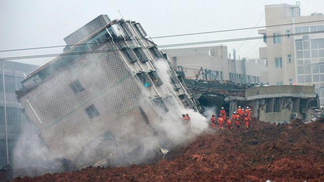 土砂崩れで大きく傾いた建物