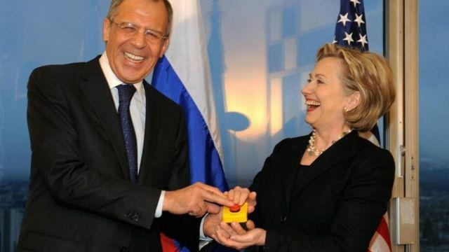 Estados Unidos le obsequió a Rusia un botón y no de camisa.
