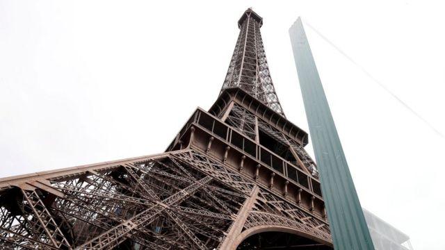 Новая ограда у Эйфелевой башни