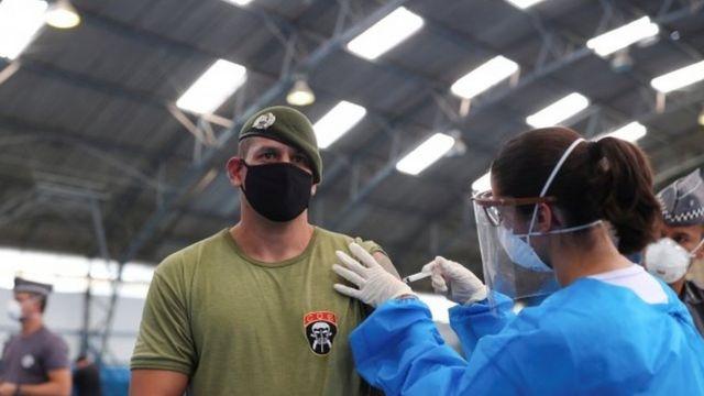 Vacinação de agente de segurança em SP