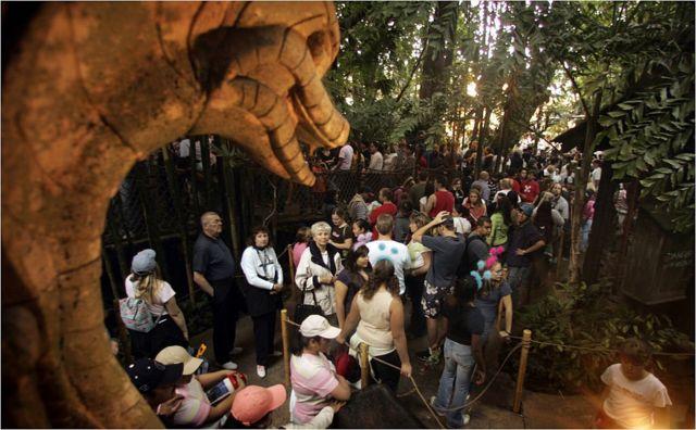 """Посетители Диснейленда в Лос-Анджелесе у входа в аттракцион """"Приключения Индианы Джонса"""""""