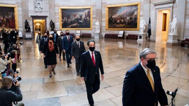 ۹ نماینده دموکرات تحت مدیریت جیمی رسکین - نفر دوم- به عنوان مدیران استیضاح (دادستانها) حدود ۱۳ ساعت ادله و شواهد خود علیه آقای ترامپ را تشریح کردند