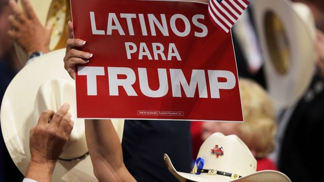 """Una pancarta dice """"Latinos para Trump"""" en español."""