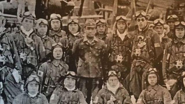 โอซามุ ยามาดะ ผู้รอดชีวิตจากภารกิจกามิกาเซ และเหล่าเพื่อนทหารของเขา ซึ่งส่วนใหญ่เสียชีวิตในการขับเครื่องบินพุ่งชนเป้าหมายของศัตรูระหว่างสงครามโลกครั้งที่ 2