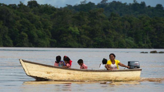 Un bote cerca de Bartica, Guyana.
