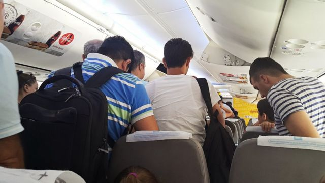 Pasajeros saliendo de un avión.