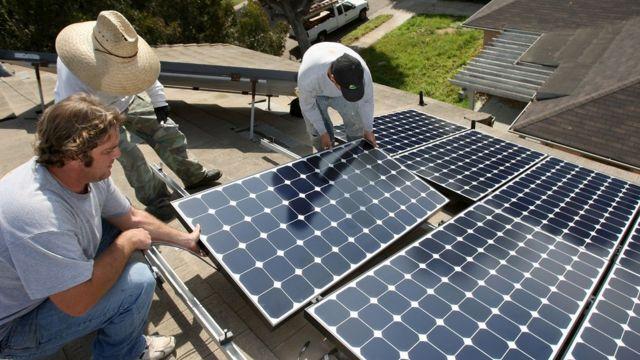 Instalación de paneles solares en una casa de California