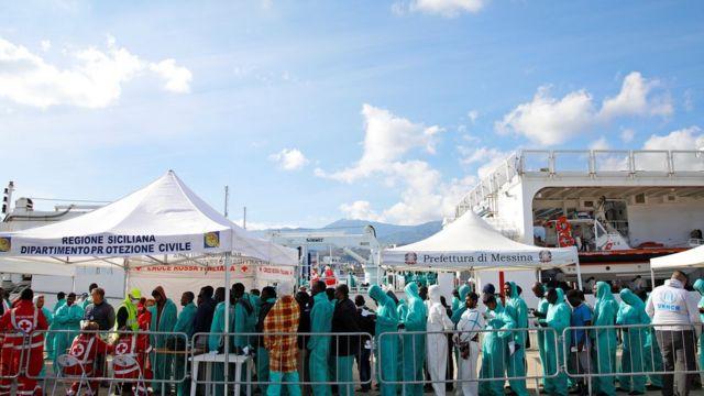 Мигранты высаживаются на берегу Мессинского залива, Италия.
