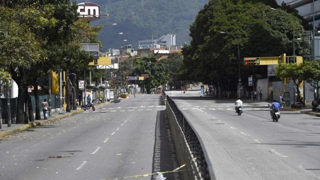 Avenida desierta en Caracas.