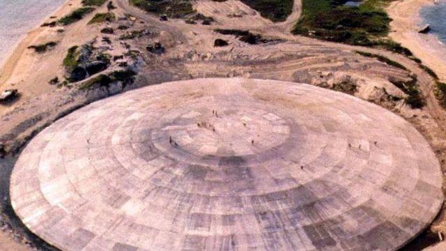 """Una imagen de archivo del domo de Runit, el """"ataúd nuclear"""" de parte de los desechos radioactivos de las pruebas nucleares de EE.UU. en el Pacífico."""