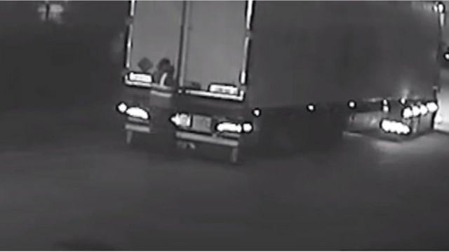 El momento en que Maurice Robinson abre la puerta del camión y descubre los cadáveres en su interior.